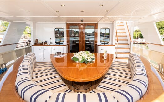 Motor Yacht Soprano stern seating