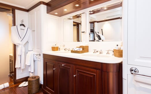 Motor Yacht Soprano bathroom