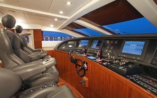 Motor Yacht PHOENICIAN Wheelhouse