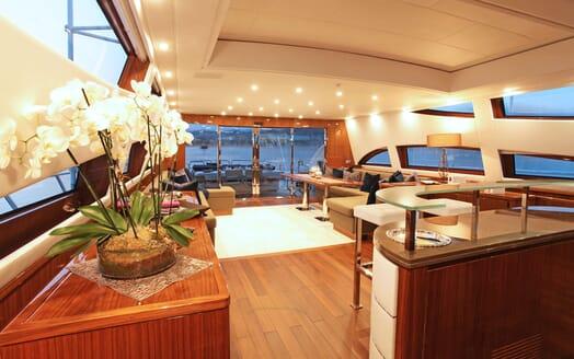 Motor Yacht PHOENICIAN Main Saloon