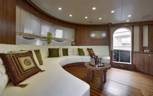 Motor Yacht Bully saloon