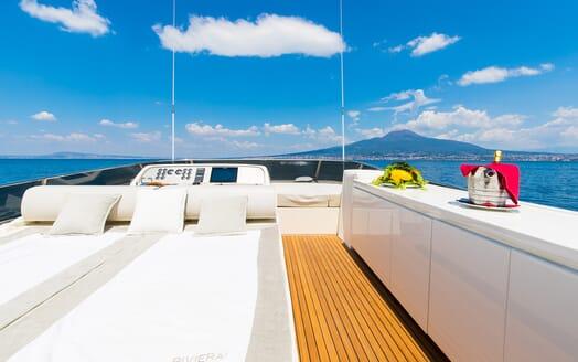 Motor Yacht Riviera sundeck