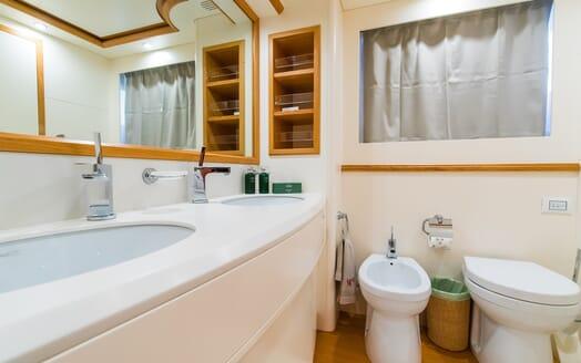 Motor Yacht Riviera washroom