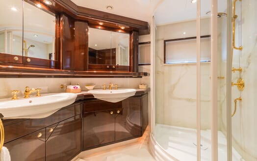 Motor Yacht XANADU OF LONDON Bathroom