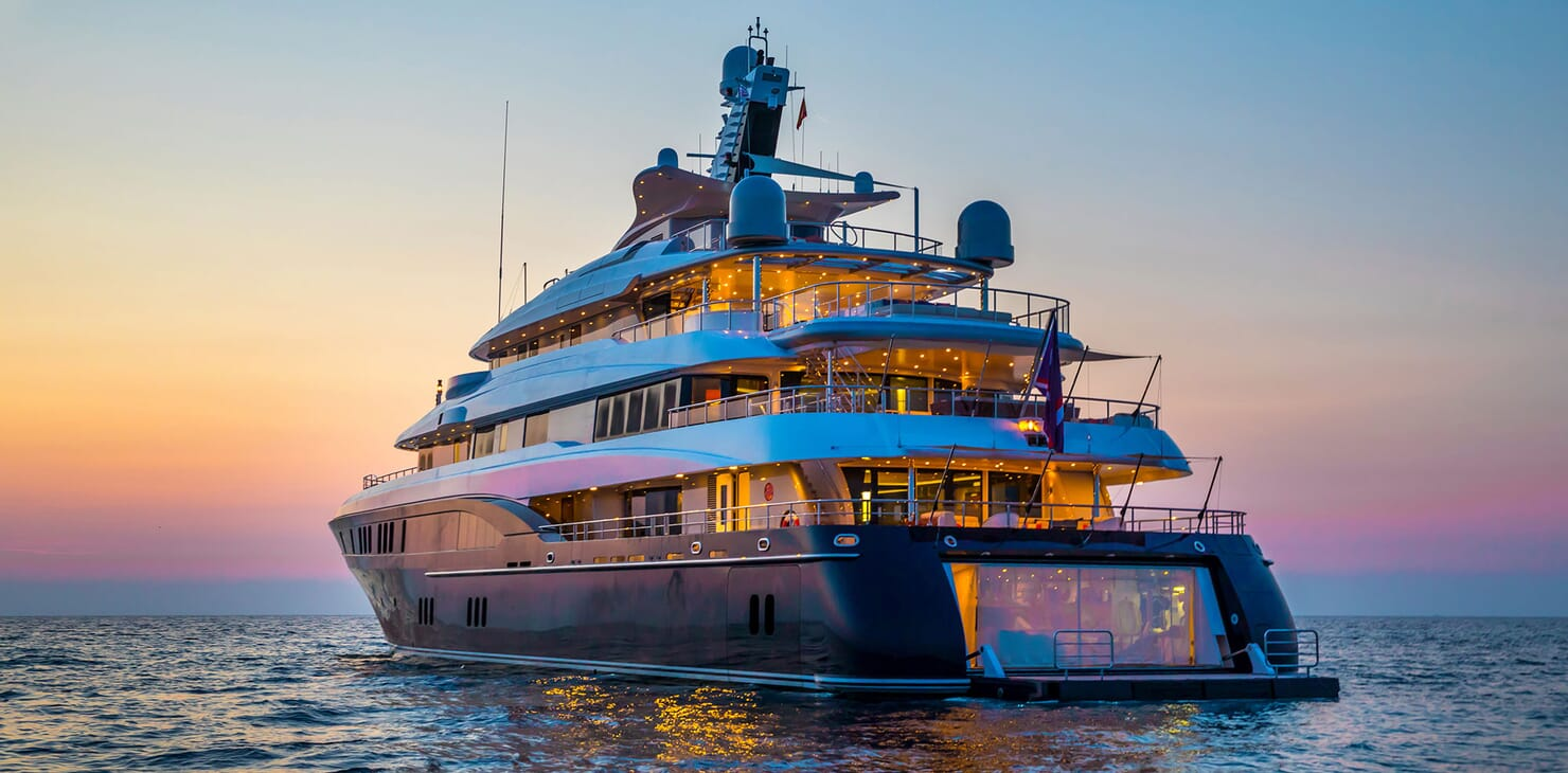 Motor Yacht ARIENCE Profile Aft