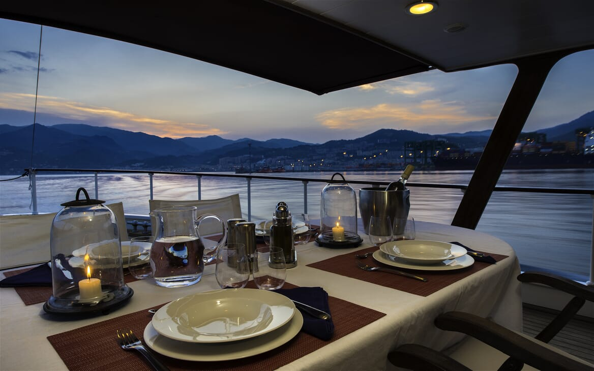 Motor Yacht Emerald aft dining