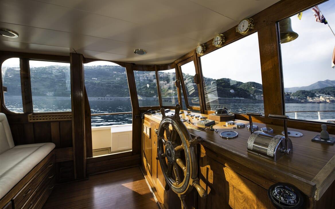 Motor Yacht Emerald  bridge