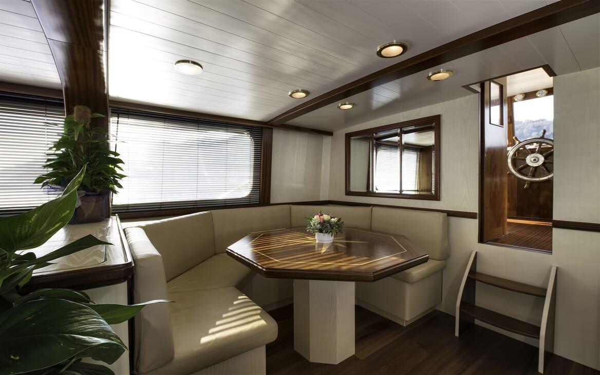 Motor Yacht Emerald  salon