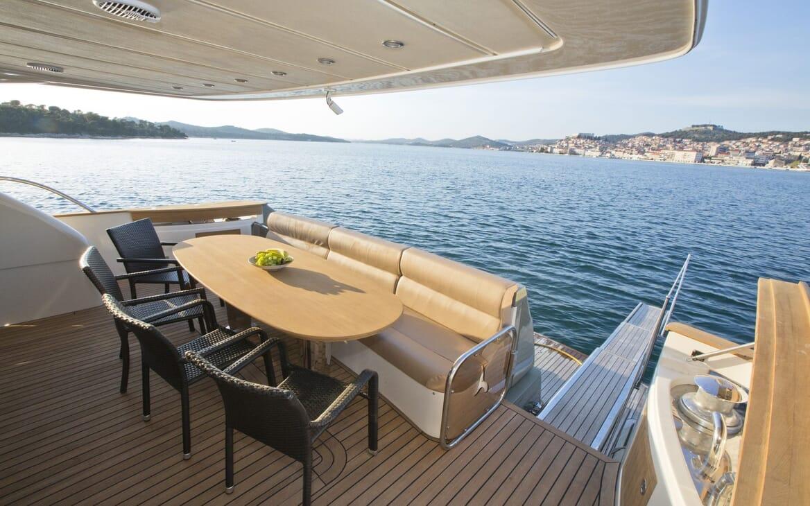Motor Yacht Malibu al fresco dining