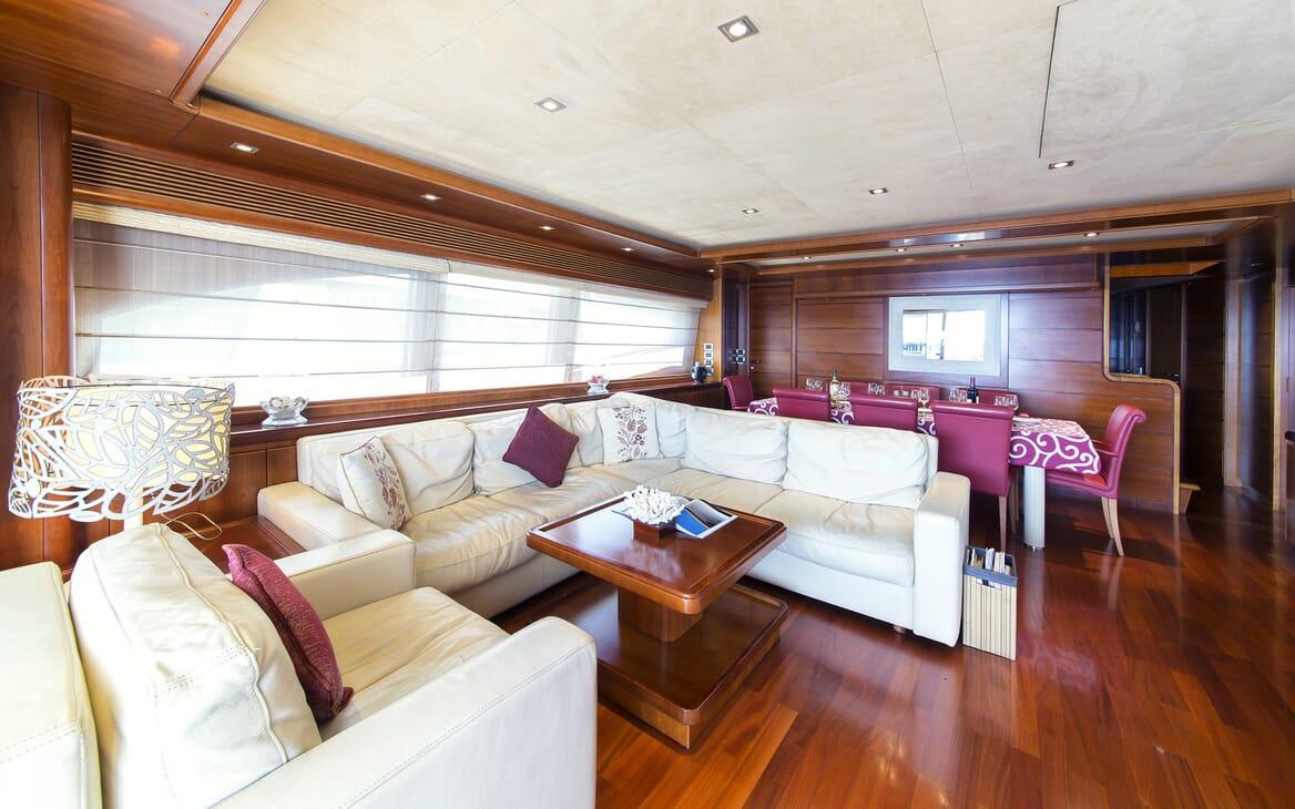 Motor Yacht Anne Marie aloon