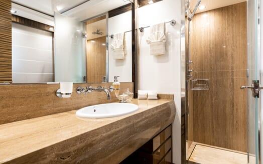 Motor Yacht Panakeia bathroom