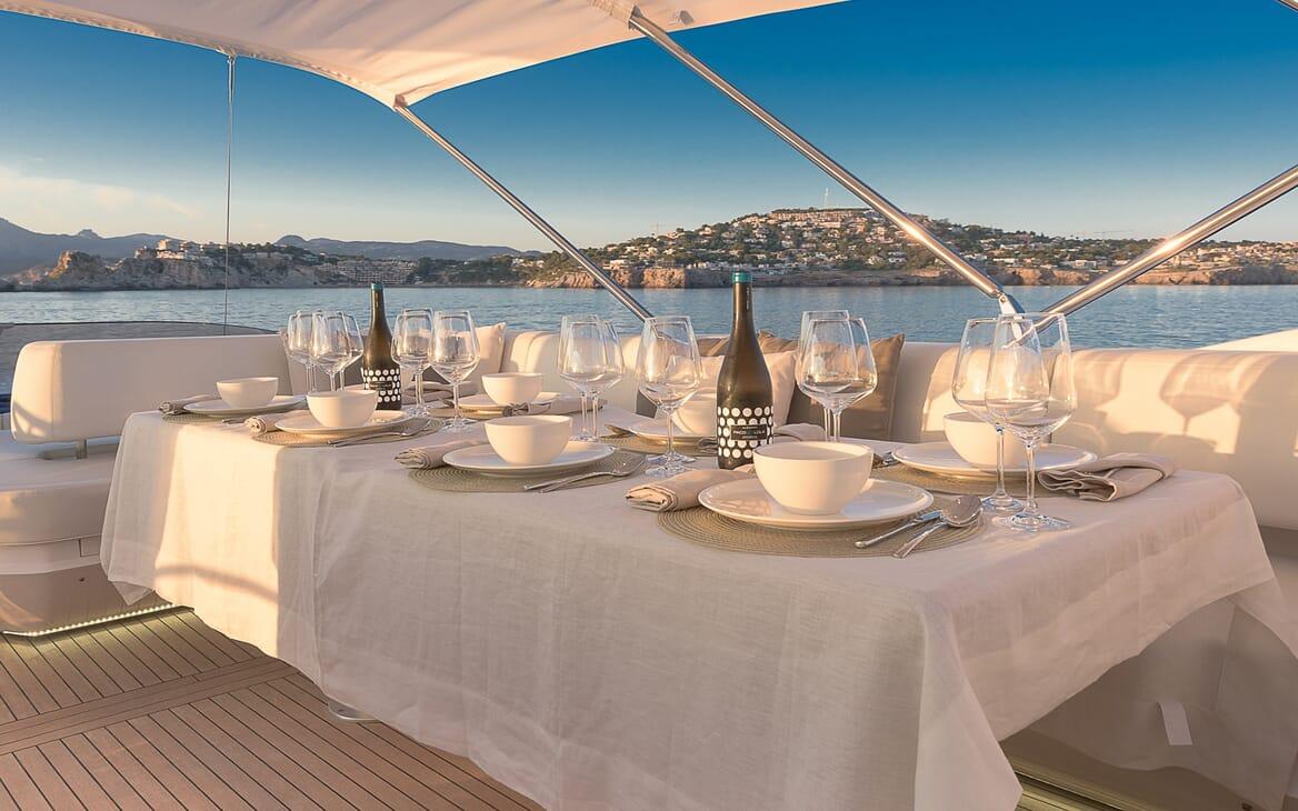 Motor Yacht Seawater al fresco dining