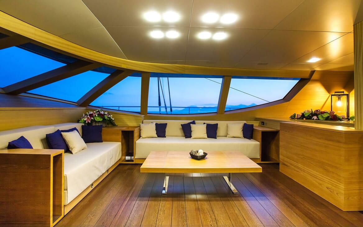 Sailing Yacht HUTIANE Main Saloon Seating