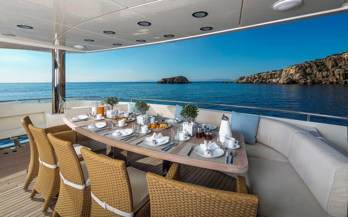 Motor Yacht Rini al fresco dining