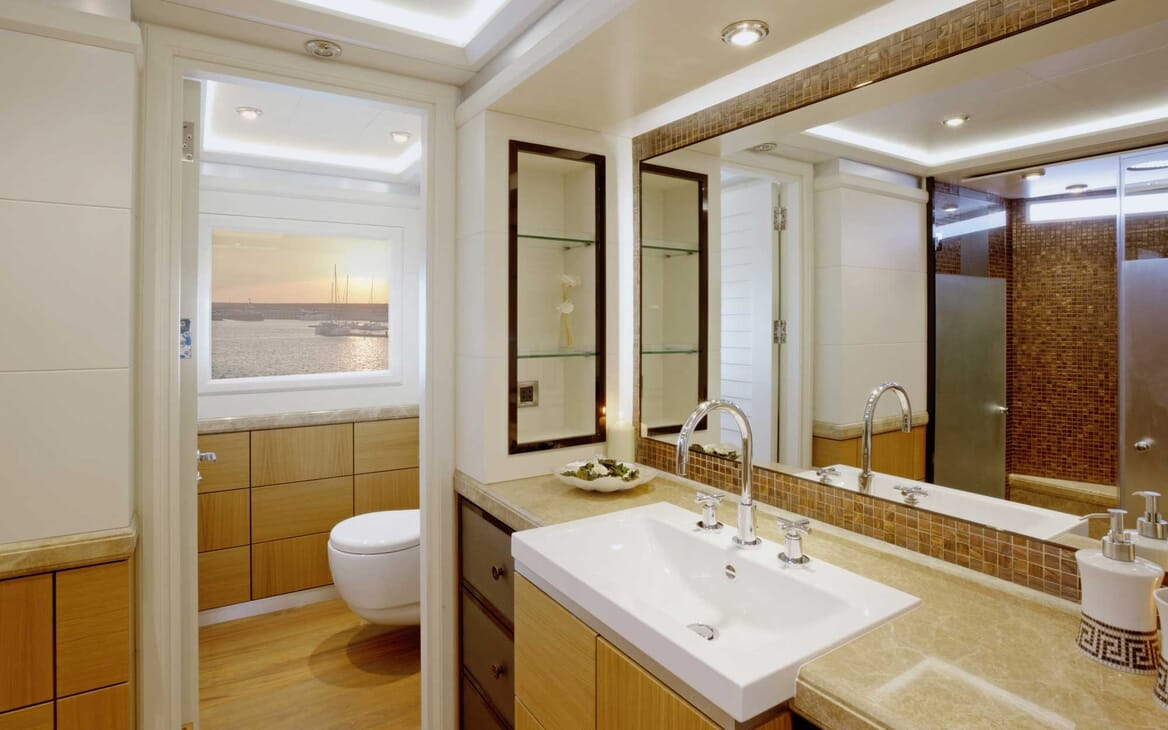 Motor Yacht Quaranta bathroom