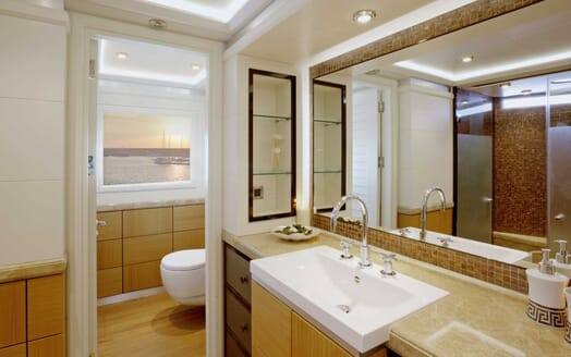 Motor Yacht Quaranta bathroom