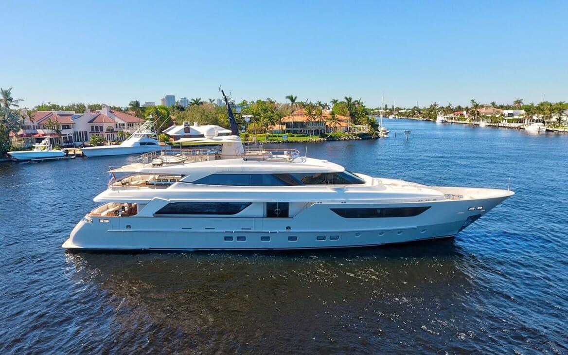 Motor Yacht LOVEBUG Hero Profile