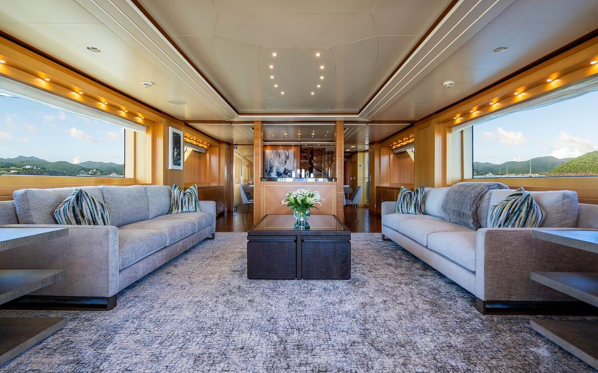 Motor Yacht LOVEBUG Salon Seating