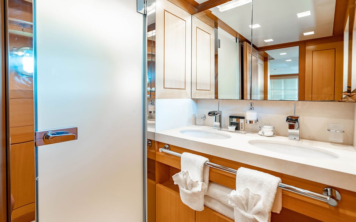 Motor Yacht LOVEBUG Guest Bathroom