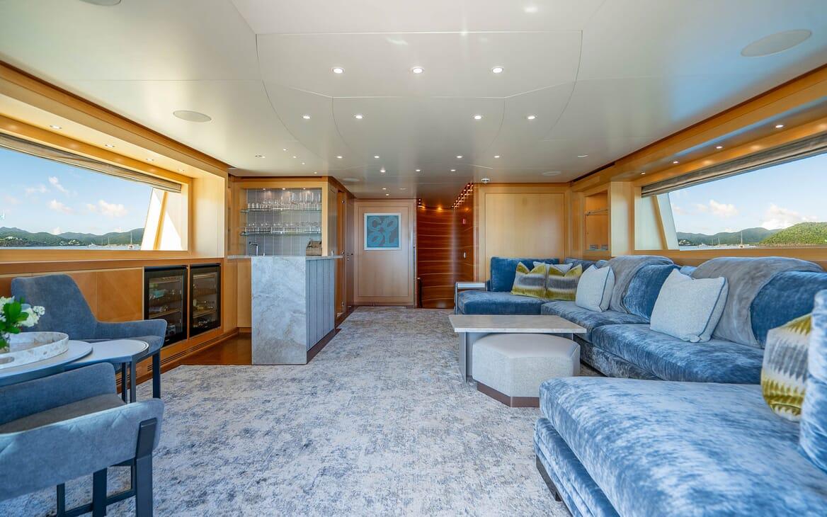 Motor Yacht LOVEBUG Skylounge with Bar