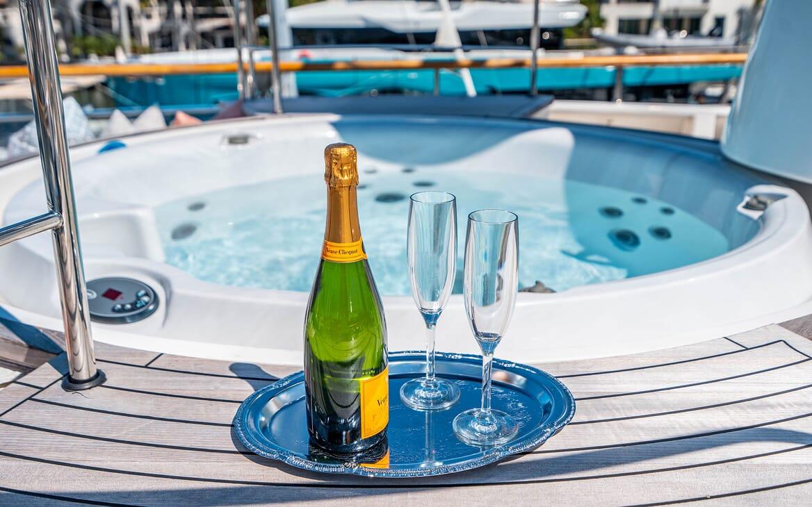 Motor Yacht LOVEBUG Champagne