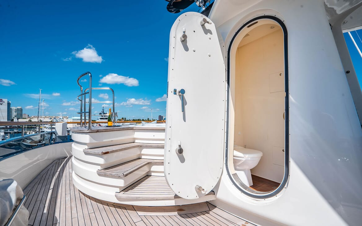 Motor Yacht LOVEBUG Sun Deck Day Head