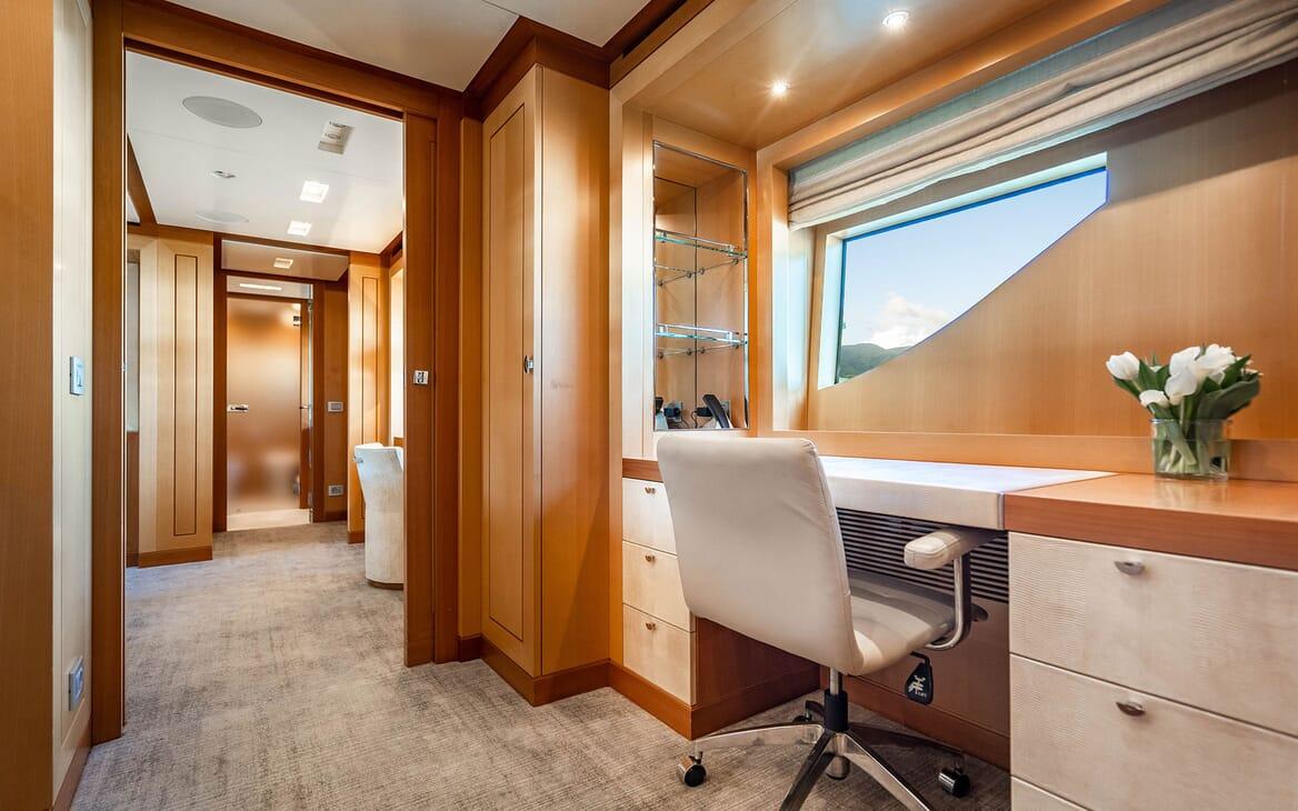 Motor Yacht LOVEBUG Desk
