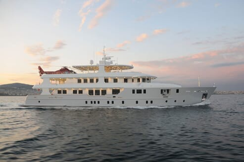 Motor Yacht DEEP STORY Profile Underway