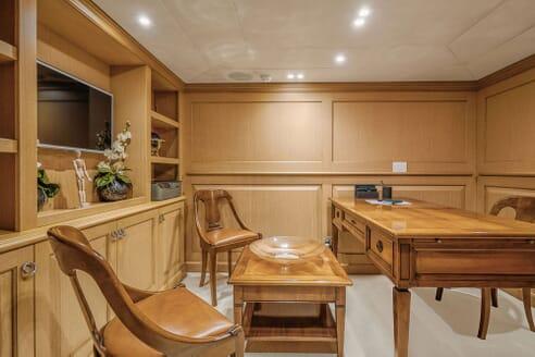 Motor Yacht DEEP STORY Study and Desk