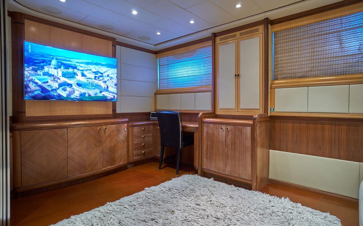 Motor Yacht SHANE Desk and TV