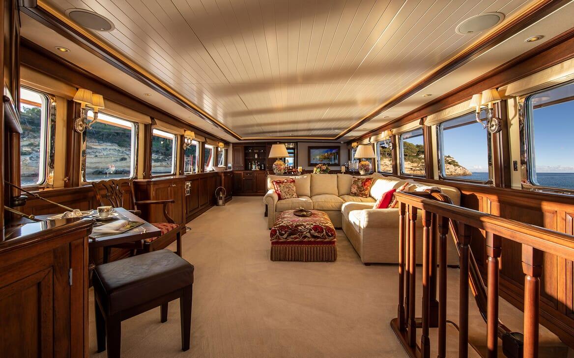 Motor Yacht ODYSSEY III Main Saloon