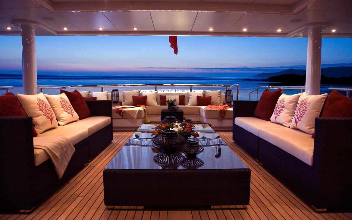 Motor Yacht SEA RHAPSODY Main Aft Deck Seating