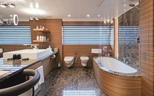 Motor Yacht Silver Fast Bathroom