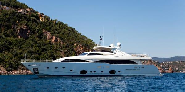 Motor Yacht Robusto Side on Profile
