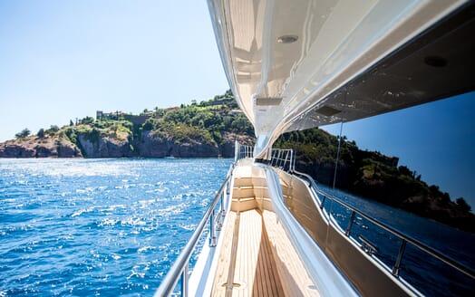 Motor Yacht Robusto Walkway