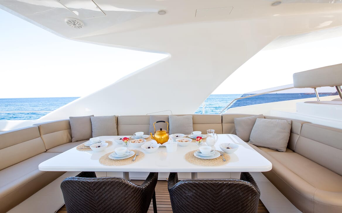 Motor Yacht Robusto Sun Deck Dining