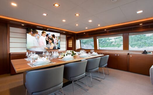 Motor Yacht Robusto Dining Table