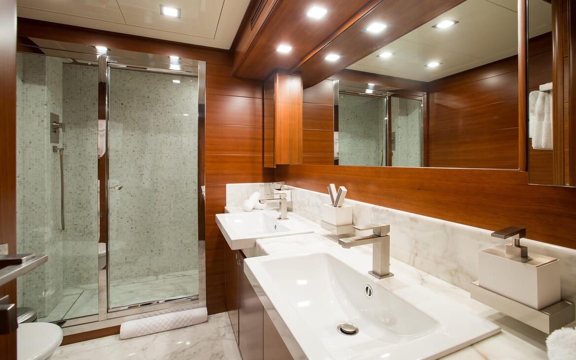 Motor Yacht Robusto Master Bathroom