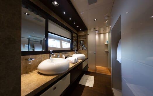 Motor Yacht Meya Meya aft shot