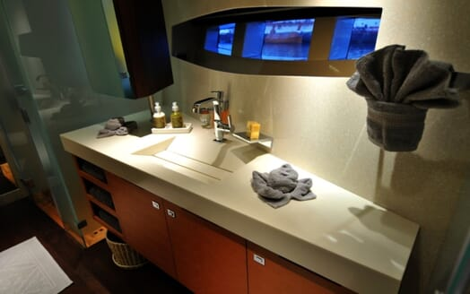 Motor Yacht Meya Meya washroom