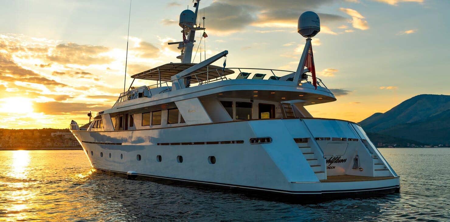 Motor Yacht Nightflower aft shot