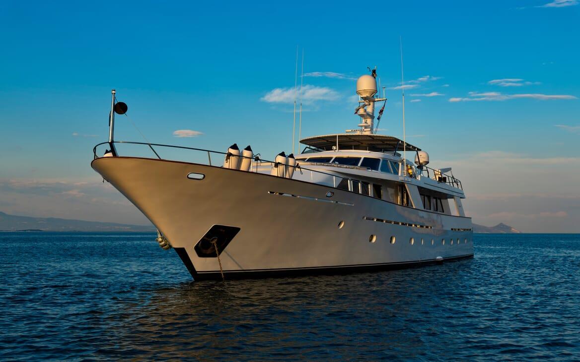 Motor Yacht Nightflower bow shot