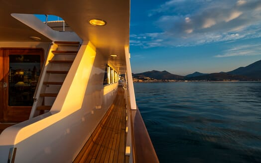 Motor Yacht Nightflower side deck