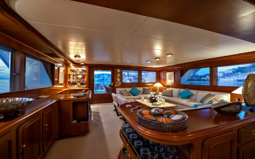 Motor Yacht Nightflower saloon