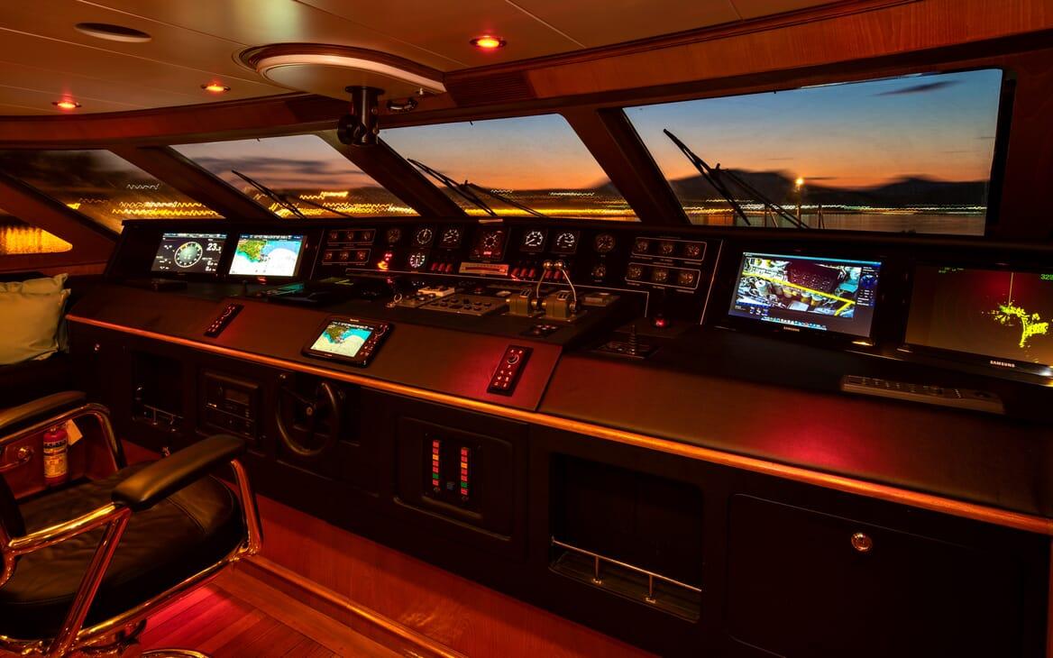 Motor Yacht Nightflower bridge