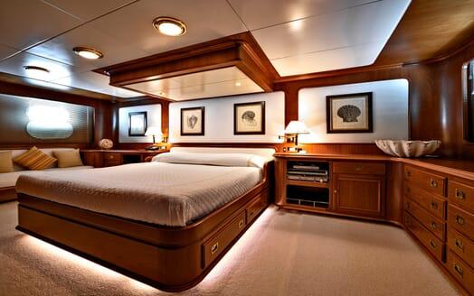 Motor Yacht Nightflower guest cabin