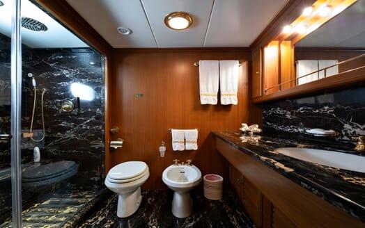 Motor Yacht Nightflower guest bathroom