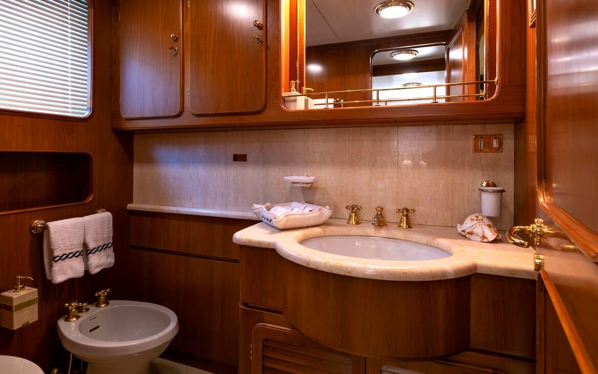 Motor Yacht Nightflower washroom