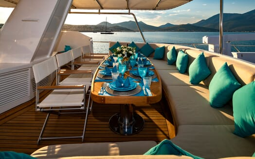 Motor Yacht Nightflower esterior seating