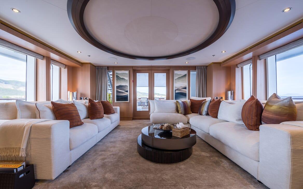 Motor Yacht Go saloon